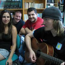 2012ko kanpo ekintzak: Etxepareko ikaslea gitarra jotzen